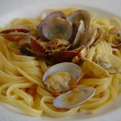 Linguine con le vongole — linguine with clam sauce